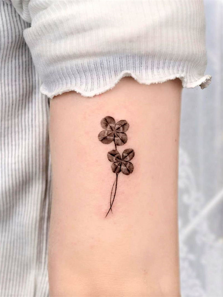 30 four leaf clover tattoo ideas for women, There are green, blue or black line clover tattoos and more. These four leaf clover tattoos will bring you lucky. #clovertattoo #smalltattoos #tattoosforwomen